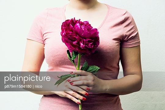 Frau mit Blume - p879m1584180 von nico