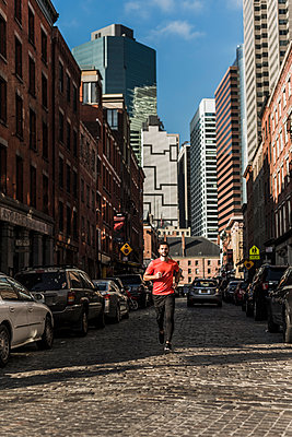USA, New York City, man running in Manhattan - p300m1191685 by Uwe Umstätter