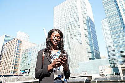 businesswoman in london, uk - p300m2241039 von Pete Muller