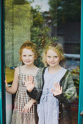 Hinter dem Fenster - p904m1481130 von Stefanie Päffgen