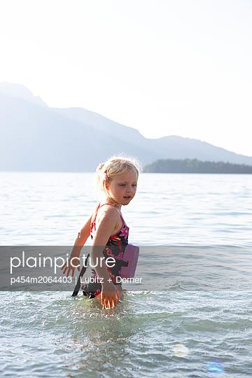 Schwimmen gehen - p454m2064403 von Lubitz + Dorner