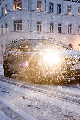 Auto fährt bei Neuschnee  - p1325m1584298 von Antje Solveig
