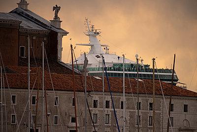 Riesiges Kreuzfahrtschiff zwischen San Giorgio Maggiore und Salute-Kirche im Giudecca-Kanal, Venedig II - p1493m1584948 von Alexander Mertsch