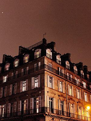 House at night - p988m2073155 by Rachel Rebibo