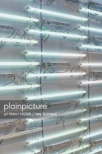 Neonwand - p1164m1120326 von Uwe Schinkel