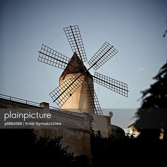 Historische Windmühle in Palma - p5864368 von Kniel Synnatzschke