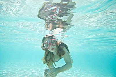 Mädchen unter Wasser - p713m2087645 von Florian Kresse