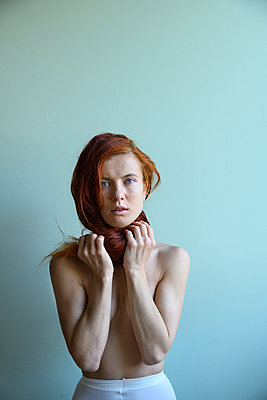 Portrait of topless young woman - p427m2210848 by Ralf Mohr
