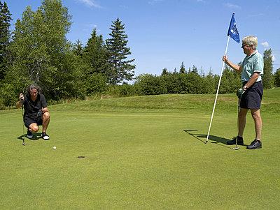 Senioren beim Golf spielen  - p6430178f von senior images RF