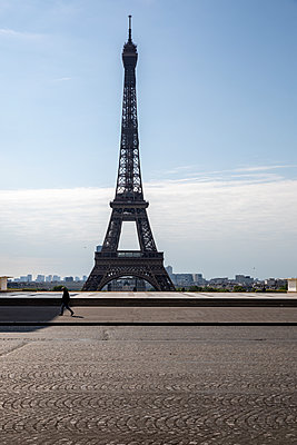 The Eiffel tower with nobody around - p940m2184782 by Bénédite Topuz