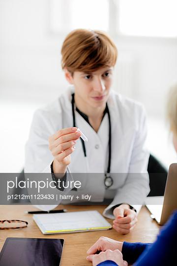 Ärztin - verabreicht Globili - p1212m1123433 von harry + lidy
