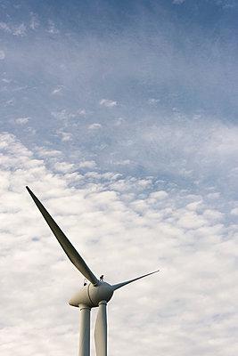 Mann auf Windkraftanlage - p1079m1185020 von Ulrich Mertens