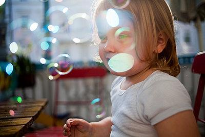 Kind mit Seifenblasen - p1386m1441780 von beesch