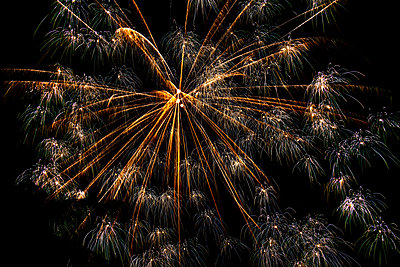 Fireworks on night sky - p1427m2254833 by Tetra Images