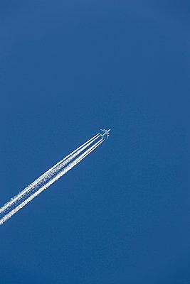 Flugzeug am Himmel - p248m1051897 von BY