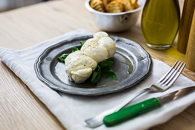 Mozzarella braid and basil on plate - p300m2029110 by Giorgio Fochesato