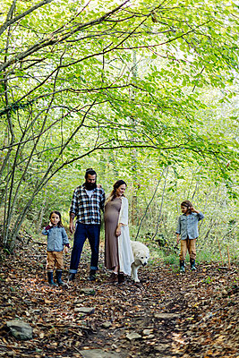 Family with two kids and dog in the forest - p300m2144749 by Sofie Delauw