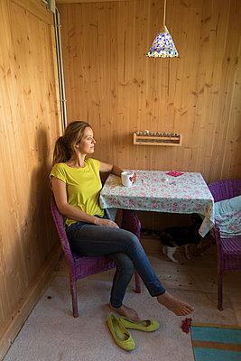 Frau am Tisch - p402m1216890 von Ramesh Amruth