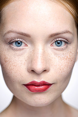 Young woman wearing red lipstick, close-up - p623m923099f by Milena Boniek