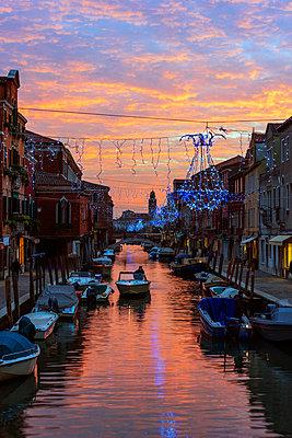 Europe, Italy, Veneto, Venice, Murano, Christmas decoration on a canal, sunset - p651m1005676 by Christian Kober