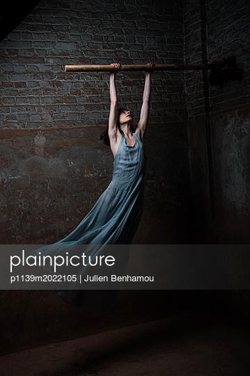 Man wearing woman's dress - p1139m2022105 by Julien Benhamou