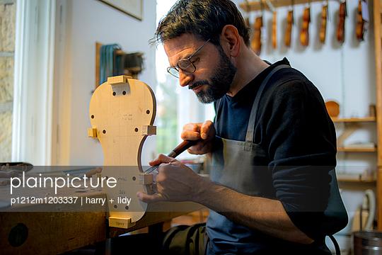 Geigenbauer beginnt Neubau einer Geige in der Werkstatt - p1212m1203337 von harry + lidy