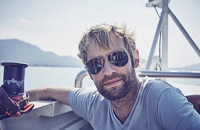 Mann mit Sonnenbrille  - p1198m2063227 von Guenther Schwering