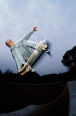 Skater springt über Rampe - p2200097 von Kai Jabs