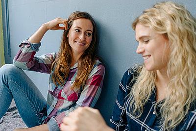 Two girlfriends have a good time - p586m1510368 by Kniel Synnatzschke