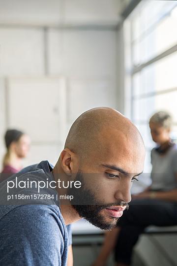 Nachdenklicher Mann im Büro - p1156m1572784 von miep