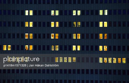 Beleuchtete Fenster - p1418m1571328 von Jan Håkan Dahlström