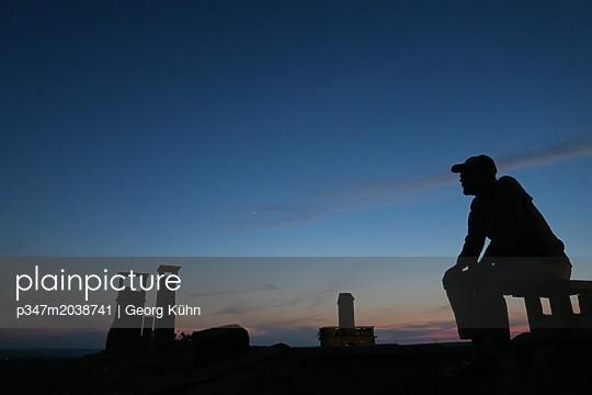 Abends auf der Dachterasse - p347m2038741 von Georg Kühn