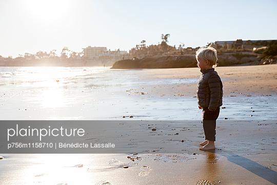 Kleinkind am Strand - p756m1158710 von Bénédicte Lassalle