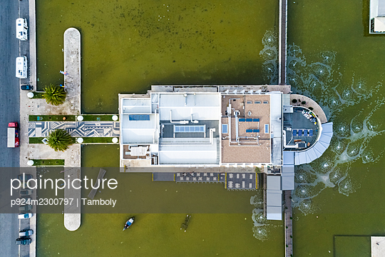Portugal, Lisbon, Overhead view of restaurant in Belem dock - p924m2300797 by Tamboly