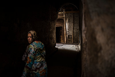 Woman walking through alley - p1007m1216790 by Tilby Vattard