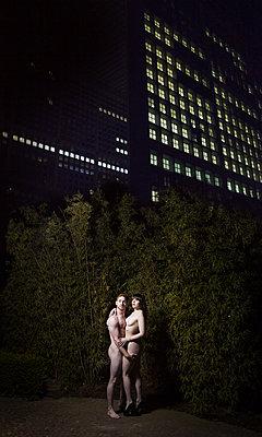 Paar im Park - p1081m1465723 von Cédric Roulliat