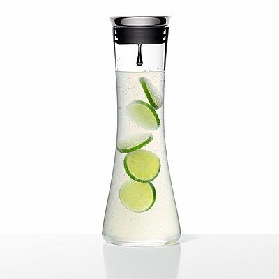 Frische Limonade mit Limette, Getränk - p1316m1161139 von Robert Striegl