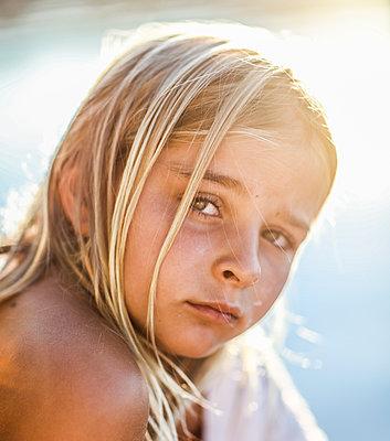 Blonde girl, portrait - p1635m2237755 by Amanda Witt
