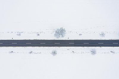 Road in winter - p713m2289262 by Florian Kresse