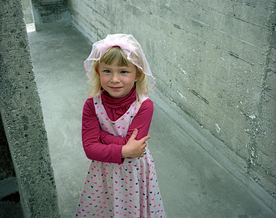 Girl between concrete walls - p945m924269 by aurelia frey