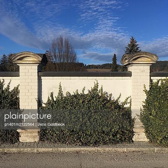 Hecke an einer Friedhofsmauer - p1401m2122564 von Jens Goldbeck