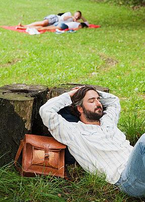 Mann ruht sich aus im Gras - p1008m1169997 von Valerie Schmidt