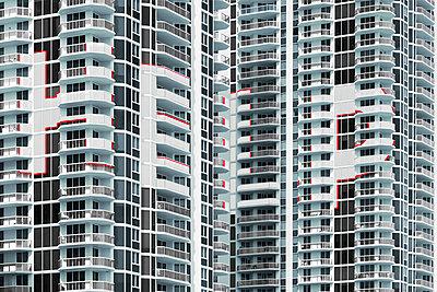 Apartmenthochhaus Fassade mit symbolischer Typografie  - p719m2168470 von Rudi Sebastian