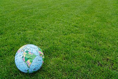 Weltkugel als Fußball - p8670220 von Thomas Degen