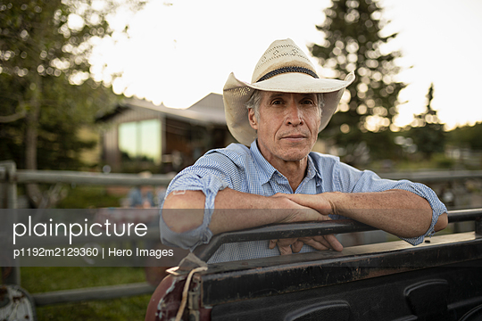 Portrait of mature man wearing cowboy hat looking at camera - p1192m2129360 by Hero Images