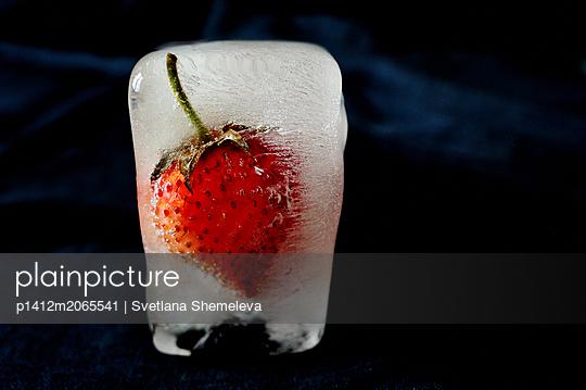 Erdbeere in einem Eiswürfel - p1412m2065541 von Svetlana Shemeleva