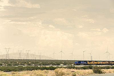 Windräder und Güterzug - p1564m2149957 von wpsteinheisser