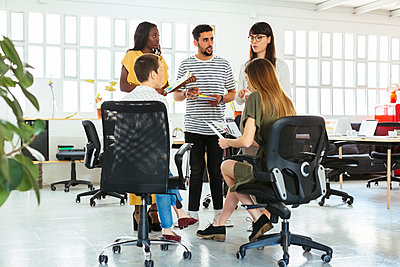 Colleagues discussing in office - p300m1588124 by Bonninstudio