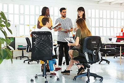 Colleagues discussing in office - p300m1588124 von Bonninstudio