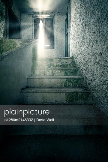 Treppe in einem verlassenen Haus - p1280m2146332 von Dave Wall